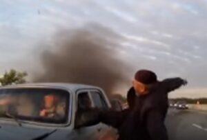 YOUTUBE Auto in fiamme, anziano salva i passeggeri così