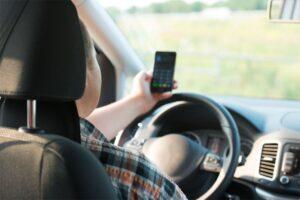 Cellulare alla guida, passa la linea dura: sospensione della patente e multe raddoppiate