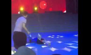 Cina, presentatrice sviene in diretta: cade a terra e mostra....