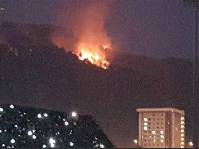 Salerno, a fuoco collina: fiamme visibili dal concerto di Tiziano Ferro