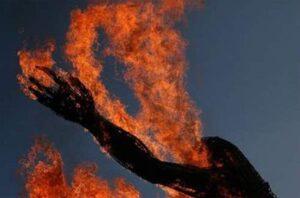 Pakistan. Picchia la moglie, lei sviene: lui la crede morta e le dà fuoco