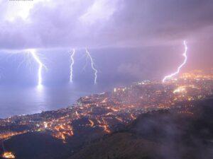 Maltempo Liguria, violento nubifragio nella notte. Migliaia di fulmini su Genova e Savona