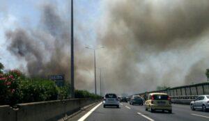 Roma, incendio sul Gra: chiusa uscita 23, traffico deviato sulla Via Appia. Code lunghissime