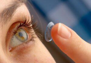 Trovano 27 lenti a contatto negli occhi di una donna: negli anni non se n'era mai accorta