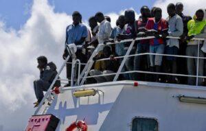 """Migranti, Ungheria: """"Italia chiuda i porti"""". Gentiloni: """"Non accettiamo improbabili lezioni"""""""