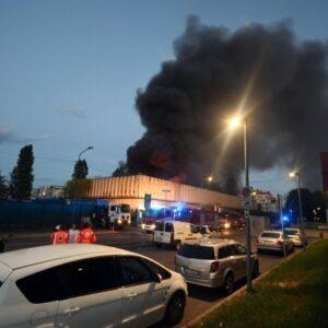 Milano, incendio deposito rifiuti di Bruzzano: case sgombrate, odore soffocante