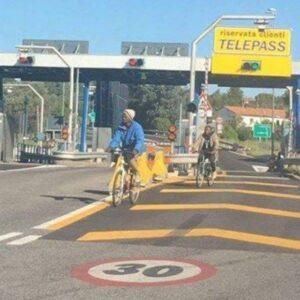 Bici in autostrada, la protesta contro Laura Boldrini per il migrante in bici a Padova