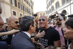 Vaccini, tre deputati Pd aggrediti da manifestanti no-vax fuori Montecitorio