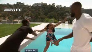 YOUTUBE Paul Pogba lancia in piscina Alexis Nunes, giornalista della Espn