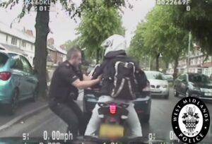 YOUTUBE Polizia inglese arresta così un ladro di moto