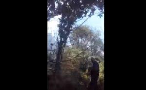 Vesuvio, gavettone dall'elicottero: il vigile del fuoco impreca