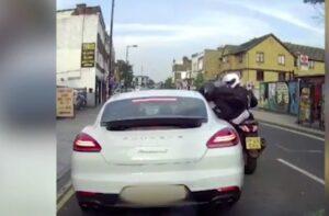 Ladri in moto si fanno consegnare oggetti di valore dalla Porsche ferma al semaforo