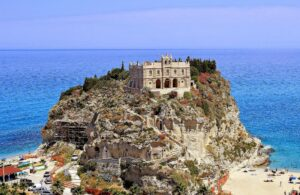 """Calabria. Prenotano casa vacanze, il proprietario risponde: """"Qui no gay e animali"""""""