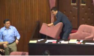 Rissa Parlamento Taiwan: deputati si picchiano, lanciano gavettoni e sedie