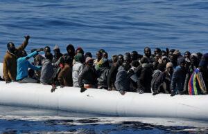 Libia pronta a bombardare gli scafisti che portano i migranti in Europa