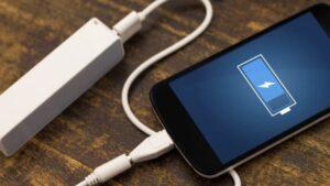 Smartphone, non lo caricate di notte: batteria può prendere fuoco