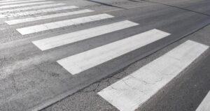 Schio: tenta suicidio gettandosi sotto auto, multa 43 euro per non aver usato le strisce