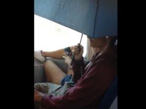 Piove nel treno: pendolari in treno con l'ombrello