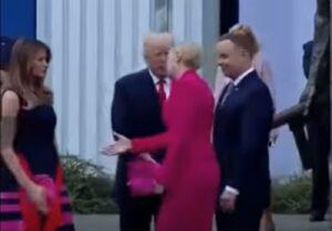 Trump allunga la mano ma...la first lady polacca la stringe prima a Melania