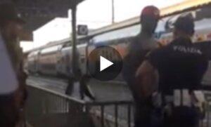 """VIDEO Ventimiglia, poliziotto strattona e insulta migrante: """"Tornatene in Burundi"""""""