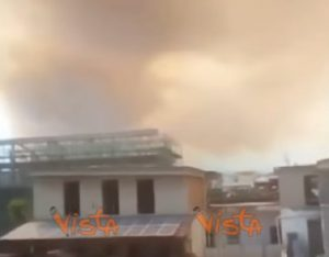 Vesuvio brucia: cenere e fumo copre città ai piedi del vulcano. Paura roghi tossici