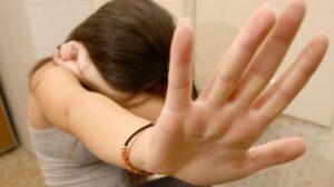 Ragazza di 15 anni violentata da 4 minorenni e un maggiorenne: orrore a Bari