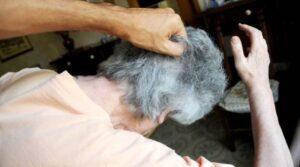Entra in casa e le chiede soldi: anziana di 88 anni picchiata selvaggiamente