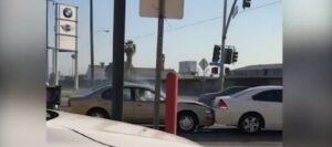 YOUTUBE Los Angeles, impazzisce e distrugge 5 auto: era in coda da ore