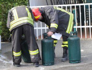 Le bombole di gas poco sicure visionate dai vigili del fuoco