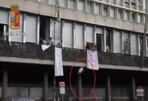 YOUTUBE Roma, sgombero piazza Indipendenza: migranti lanciano bombole a gas contro gli agenti