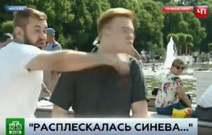 YOUTUBE Russia, reporter riceve pugno in faccia in diretta