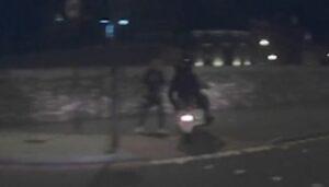 Londra: rubano cellulare con lo scooter, dashcam tassista riprende tutto VIDEO