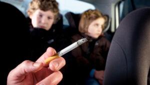 Sigaretta in macchina con figlio dodicenne: multa 110 euro. Vietato fumare con minori in auto