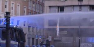 Roma, migranti sgomberati a piazza Indipendenza: bombole lanciate contro la polizia