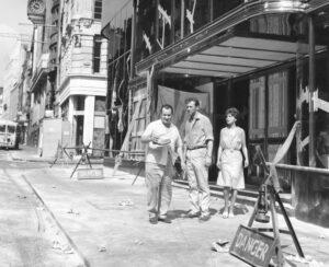 """Brexit, balzo indietro di 50 anni: """"Italiano, porti salame in valigia?"""" chiese al doganiere al giovane giornalista in pellegrinaggio nel tempio di Fleet street. Nella foto l'ingresso del Daily Express, durante le riprese di un film nel 1961"""