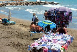 Ladispoli, cerca conchiglie in spiaggia e trova un scheletro: forse di epoca romana