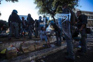 Migranti sgomberati a Roma, le mille domande senza risposta a una giunta Raggi muta. Feltri su La Stampa
