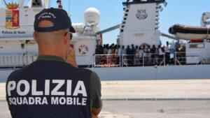 Migranti, Guardia Costiera ferma nave Ong. Indagine su contatti scafisti. No al codice perché...