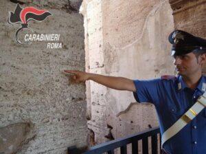 Colosseo, turista tedesca incide il suo nome con una moneta: denunciata
