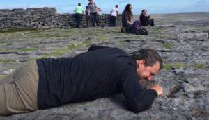 Il coraggio di quest'uomo: soffre di vertigini, striscia sulla scogliera per vedere l'oceano