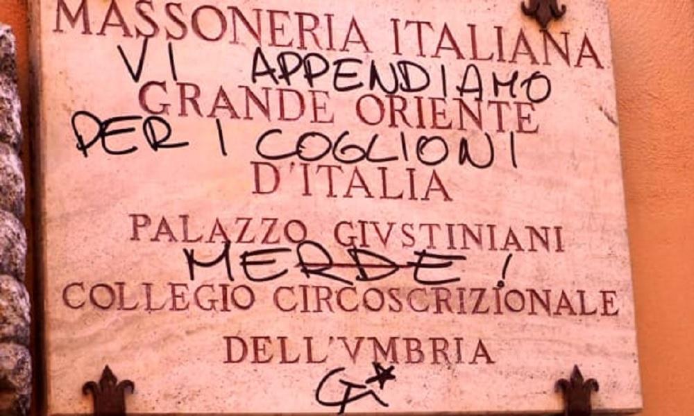 """Perugia, imbrattati il portone e la targa della Casa massonica: """"Vi appendiamo per i c..."""""""