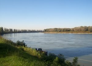 Roccabianca (Parma), barca di legno prende fuoco: muore annegato nel Po