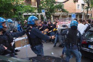 Bologna, sgombero centro sociale Làbas: attivisti protestano, polizia manganella