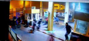 YOUTUBE Ceuta, poliziotto tenta di fermare i migranti e si rompe la gamba