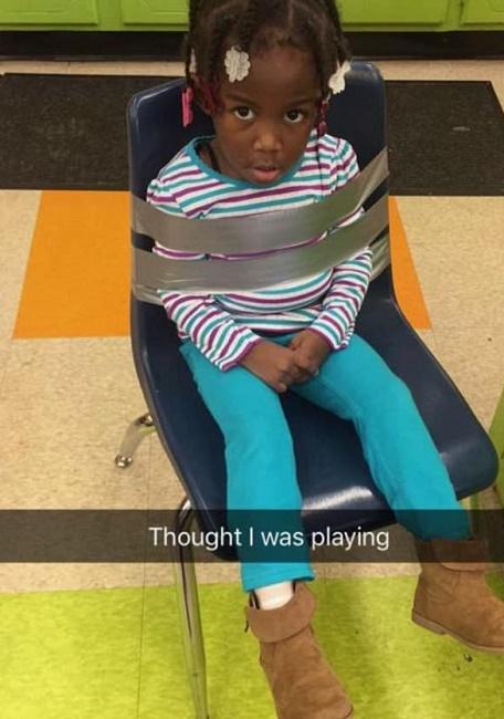 """Legano figlia a sedia al centro estivo, madre infuriata pubblica FOTO: """"Gestori meritano il carcere"""""""