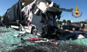 Incidenti stradali: tamponamento tra tir, chiusa A4