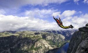 Trentino, 3 amici si lanciano con la tuta alare: un morto e un ferito grave