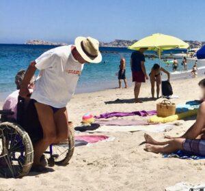 """Sardegna, trascina moglie in carrozzina per 3 km: """"La porto alla spiaggia più bella"""""""