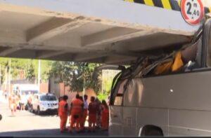 Roma, bus turistico si incastra sotto ponte Roma Lido in via Malafede