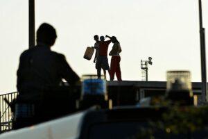 Roma, si tocca di fronte all'asilo. Immigrato morde carabiniere